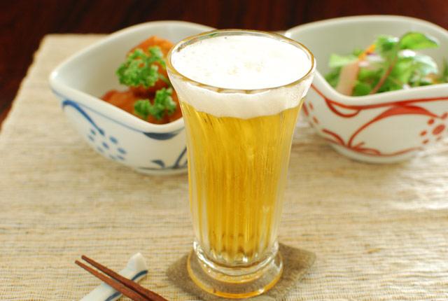 吹きガラス 村上恭一 ひとくちビールグラスにビールを