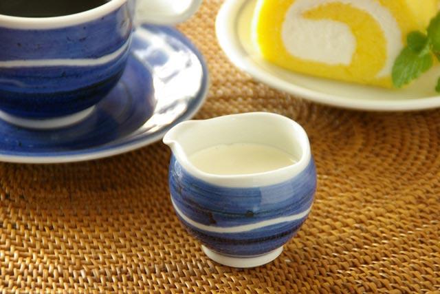 【砥部焼 向井窯】青いくねくねミルク入れ