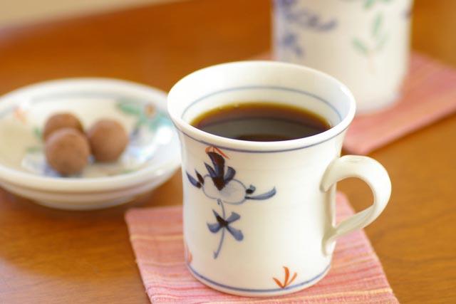 【砥部焼 陶房遊】花ちらしの反マグカップ