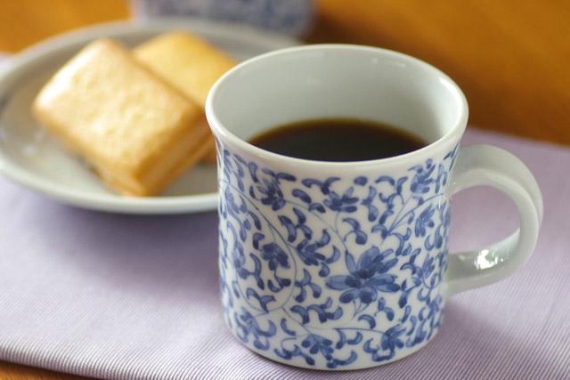 和食器・砥部焼 菊唐草の反マグカップ