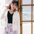 フラワービジューが凛と映える宝石箱みたいなきらめきパーカー 堀田茜さんはオフホワイト着用