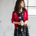 胸元ブーケフラワー刺繍Vネックシャリ感ニットカーディガン 泉里香さんはレッド着用