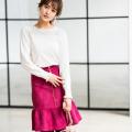 目を惹くパールチャームつきスエードリリーシルエットスカート tocco closet(トッコクローゼット) Collection 野崎萌香さんはローズピンク着用
