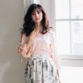 HAPPYを呼び込む肩透けフラワー刺繍ブラウス 堀田茜さんはピンク着用