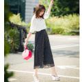 軽やかさと存在感を備えたドット柄さらさらシフォンガウチョパンツ 宮田聡子さんはブラックを着用
