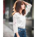 ロマンティック気分を底上げ愛されフラワー刺繍リブカットソートップス 堀田茜さんはオフホワイト着用