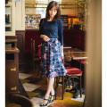 秋に映えるキレイ色控えめ華やかフラワーonチェックスカート 堀田茜さんはネイビー着用