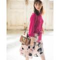 色とりどりのフラワーが咲くフロッキープリントスカート 堀田茜さんはベージュ着用