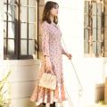 甘すぎず女っぽいウエストりぼん付きパール釦フラワープリントワンピース 野崎萌香さんはピンク着用