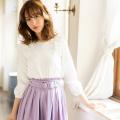 誰だって可愛くなれる立体フラワーモチーフ装飾ブラウス 野崎萌香さんはオフホワイト着用