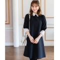 日常をドラマティックに演出するフラワーカットワーク刺繍切替ワンピース 野崎萌香さんはブラック着用
