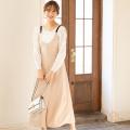 キャッチーで着映える配色ライン入りウエストりぼん付きクリアビジュー装飾サロペット 野崎萌香さんはベージュ着用