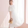 透明感のあるフラワー刺繍×ドットフレアスリーブシャーリングネックワンピース宇垣美里さんはオフホワイト着用