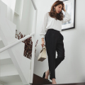 知的さと柔和な女らしさ。サイドパール付きテーパードパンツ 美香さんはブラック着用≪tocco closet luxe≫