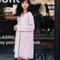 裾からかわいいフラワービジューポケットつき刺繍コーディガン 堀田茜さんはラベンダー着用