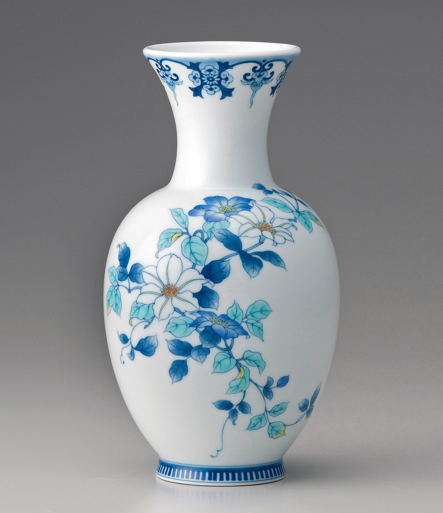 糸巻花瓶−色絵鉄線(青花)