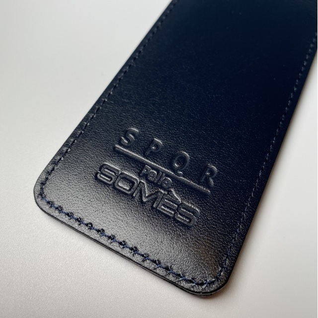 【多くの工程を熟練した職人がひとつひとつ手間をかけて製造!】高級「SOMES」特製・革ケース(濃紺)
