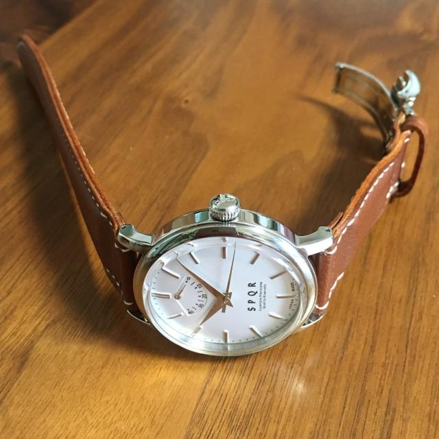 【時と共に価値が増す本物で上質な高級機械式時計】 THE SPQR    (手巻パワーリザーブ/バーインデックス/シルバー文字盤)×SOMESキャメルカーフバンド