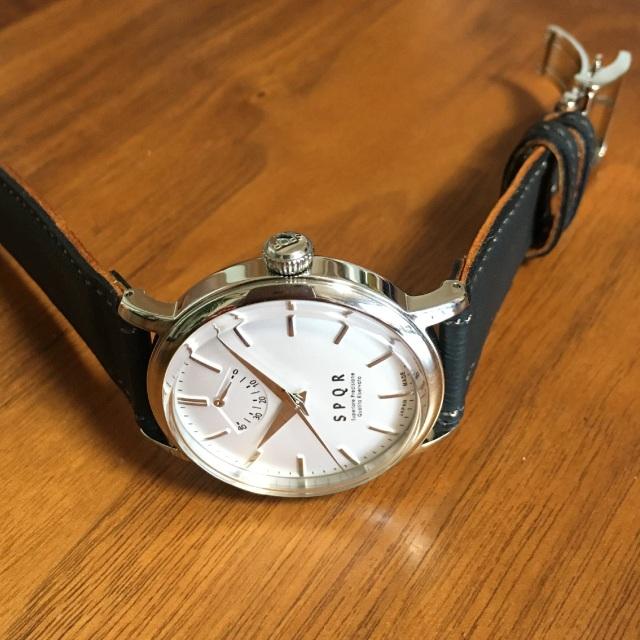 【時と共に価値が増す本物で上質な高級機械式時計】 THE SPQR    (手巻パワーリザーブ/バーインデックス/シルバー文字盤)×SOMESソフトブラック