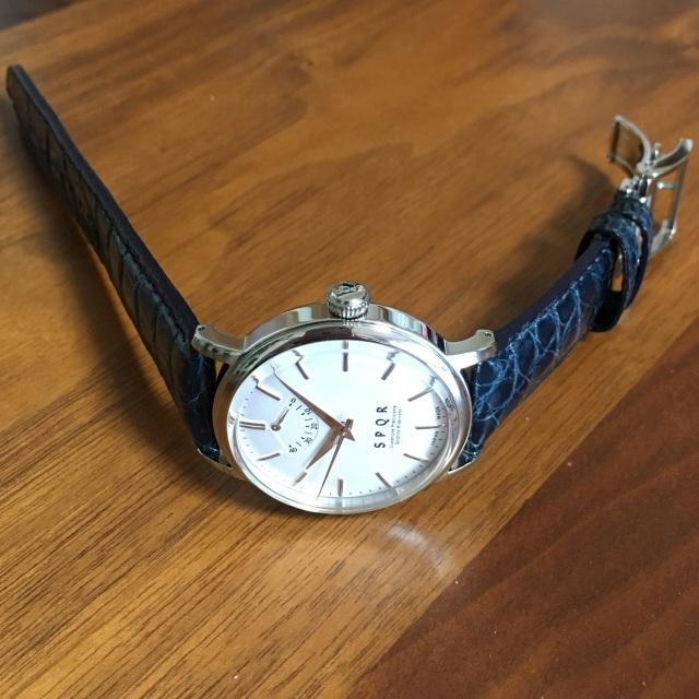 【時と共に価値が増す本物で上質な高級機械式時計】 THE SPQR   (手巻パワーリザーブ/バーインデックス/シルバー文字盤)×グレージングクロコダイルバンド