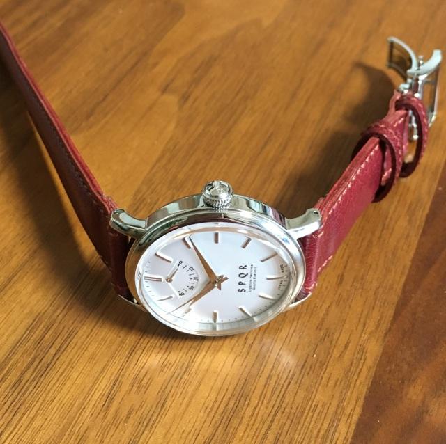 【時と共に価値が増す本物で上質な高級機械式時計】 THE SPQR    (手巻パワーリザーブ/バーインデックス/シルバー文字盤)×SOMESバーガンディ
