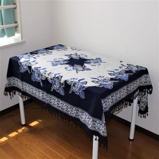 手描きバティックのテーブルクロス(花・紺)