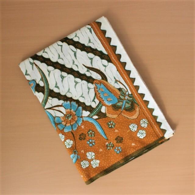 手描きバティックのサロン(パラン模様に水色の花と蝶)