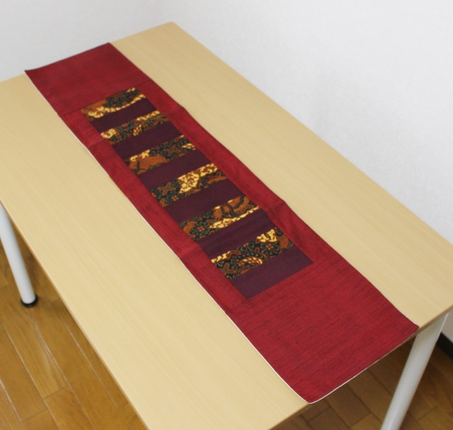 バティックを使ったテーブルランナー(赤)