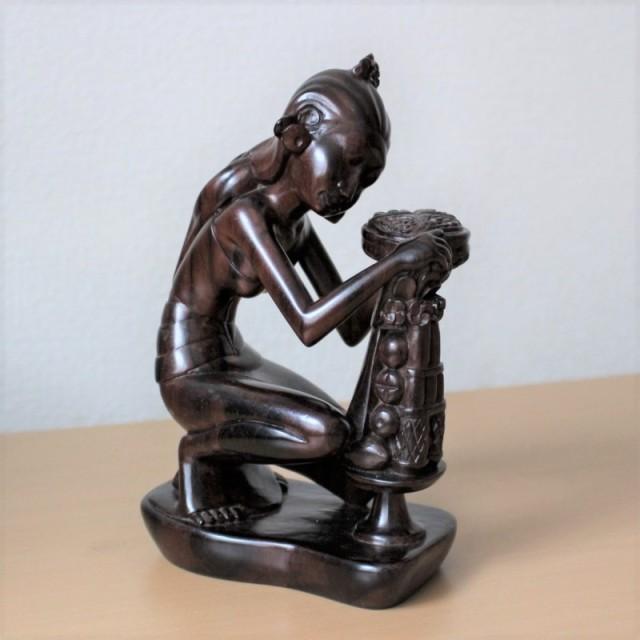 木彫り人形(お祈りをする女性・ブラック)