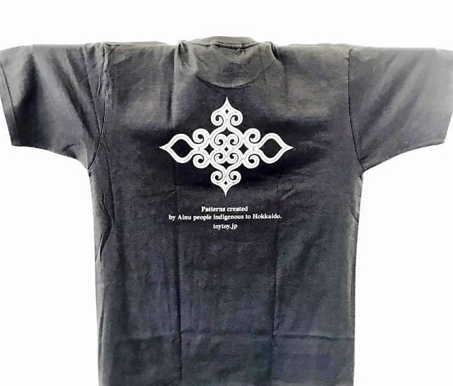 アイヌ文様Tシャツ - Tシャツ katsu_black_うら