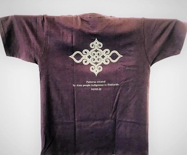 アイヌ文様Tシャツ - Tシャツ katsu_purple_うら