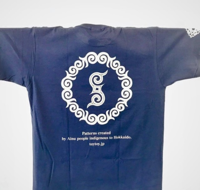 アイヌ文様Tシャツ - Tシャツ rir_blue_うら