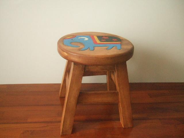 【タイ製】プラスチックの椅子 高さ25cm 座面は長方形 ピンク 気軽に便利