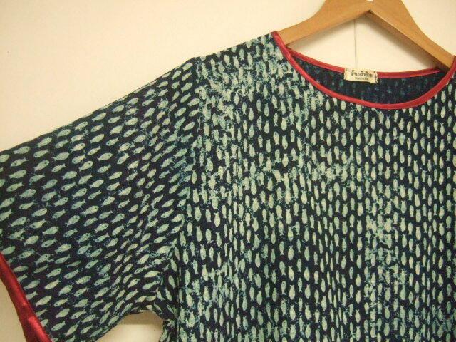 【タイ製】藍染 半袖ワンピース 小さめの魚柄 袖口と襟は赤 涼し気な着心地
