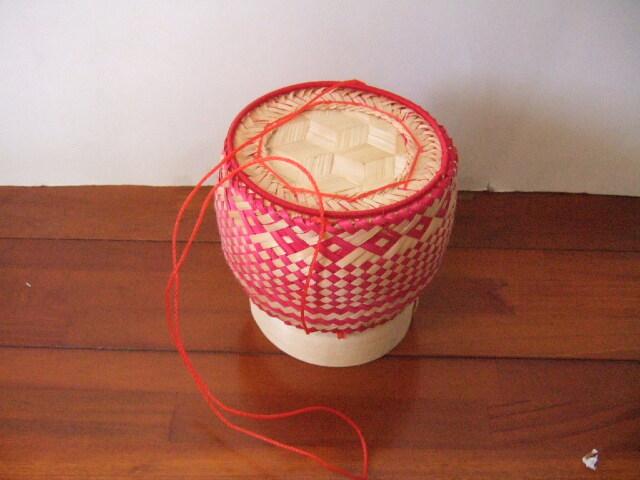 【タイ製】カオニャオカゴ 竹製 赤 カラフルタイプ ひも付き 台座付き 直径13cm