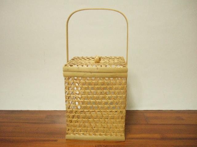 【タイ製】チャロームという編み方 竹製のフタ付きのかご 18cmの正方形タイプ かご高さ23cm