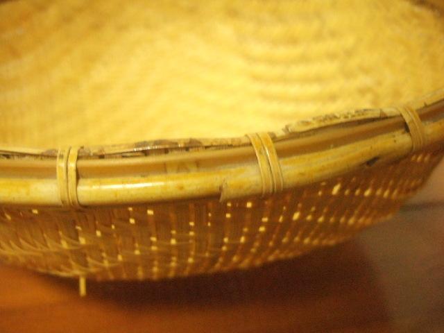 【タイ製】とぼけた雰囲気の 両手ざる 直径27cm大サイズ