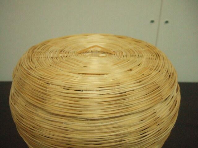 【タイ製】竹で作られたフタ付ラウンドかご お菓子入れなど、置きかごに 直径16cm