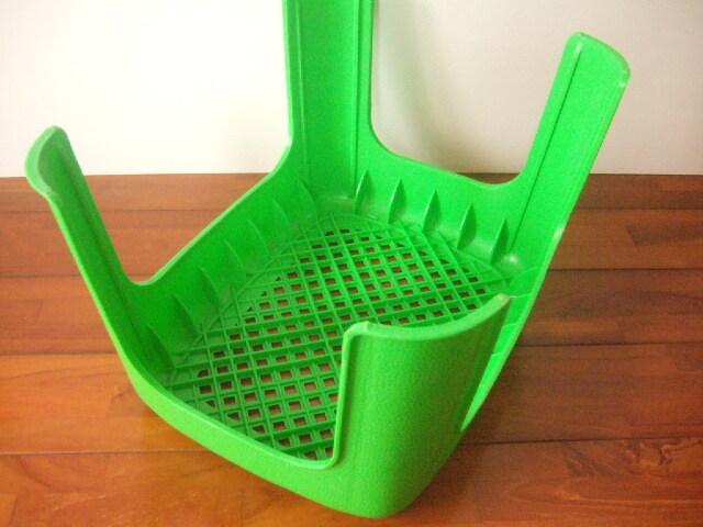 【タイ製】プラスチックの椅子 高さ23cm 座面は長方形 緑