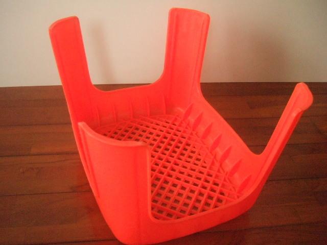 【タイ製】プラスチックの椅子 高さ23cm 座面は長方形 青