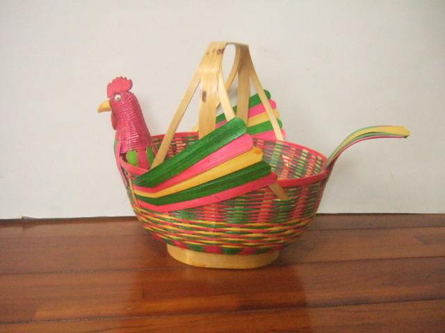 【タイ製】カラフルな鳥さん形状の竹製かご 羽の色は赤&緑 装飾や卵入れ、買い物かごとして 希少
