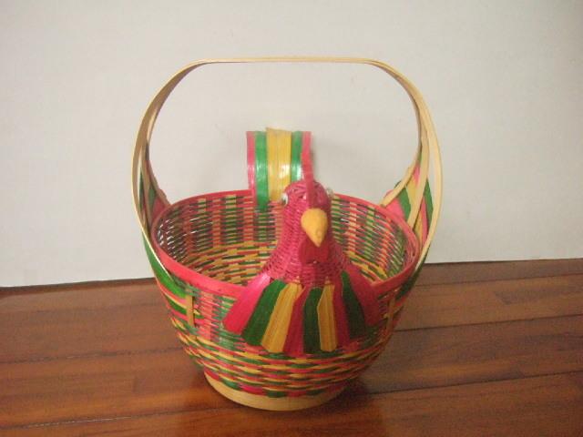 【タイ製】カラフルな鳥さん形状の竹製かご 羽の色緑&赤 顔は赤色 装飾や卵入れ、買い物かごとして 希少