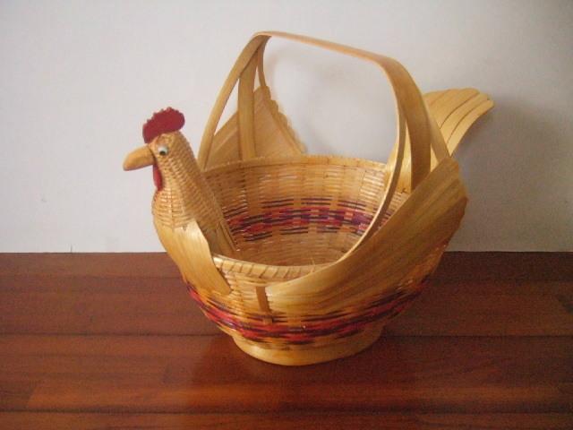 【タイ製】カラフルな鳥さん形状の竹製かご 羽の色ナチュラル 顔もナチュラル 胴体に紫&赤 装飾や卵入れ、買い物かごとして 希少