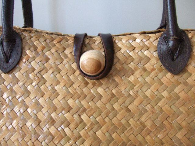 【タイ製】カチューで編まれた マチが広めの大き目かごバッグ 木の留め具 角補強済み