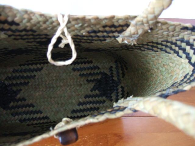 【タイ製】カチューで作られた色付きのかご こげ茶色の模様入り 高さ21-22cm