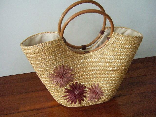 コーン素材のかごバッグ 持ち手はバンブー 花のモチーフ付き 片面 内布は白 幅40cm