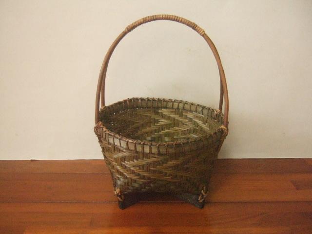 【タイ製】籐とビニールで編まれた四角型ワンハンドルバスケット 赤青金模様