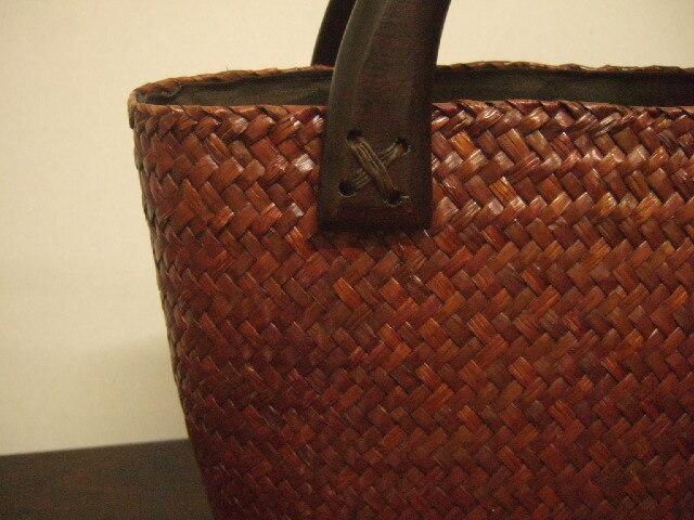 【タイ製】カチューで編まれた手頃なかごバッグ ダークブラウン 持ち手はマンゴーの木 角補強 29cm幅