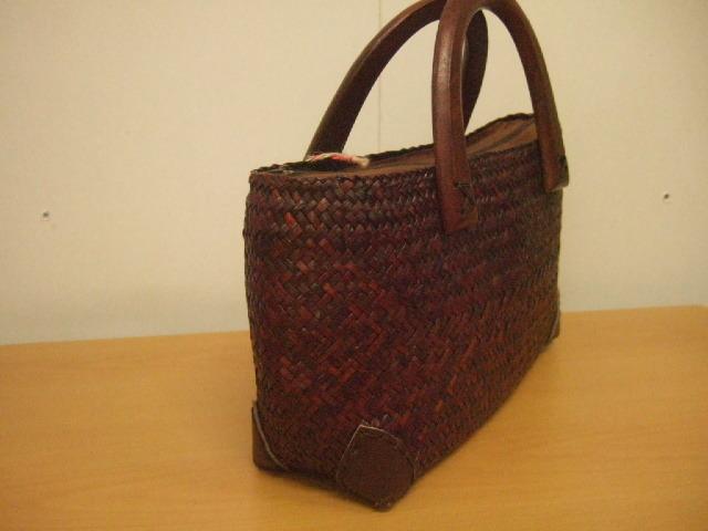 【タイ製】カチューで作られた 横長のバッグ 幅31cm 持ち手はマンゴーの木 ダークブラウン