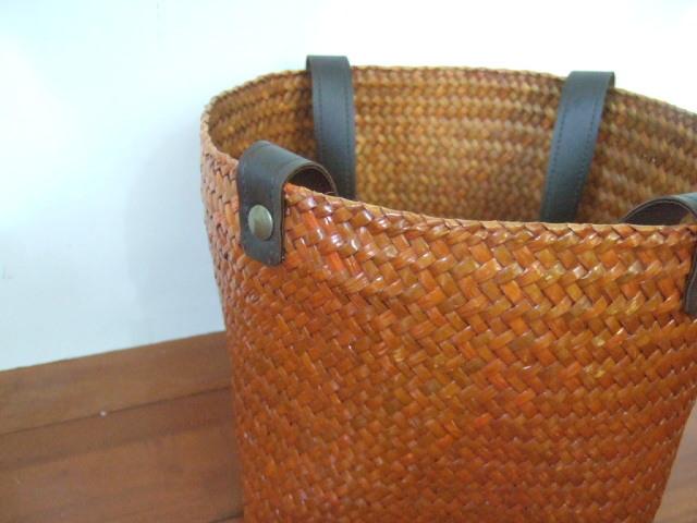 タイ製】カチューで作られたスクエアかごバッグ 底は18cm正方形 ナチュラル 持ち手茶色